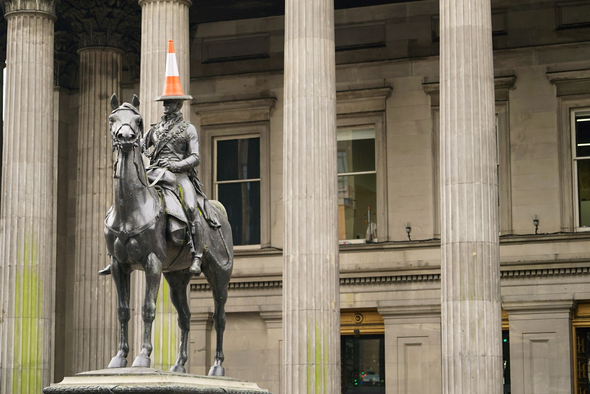 Glasgow food and drink Tours: Statue in Glasgow
